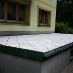 Płyty betonowe na posadzce tarasu