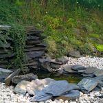 Kaskada z kamienia naturalnego w ogrodzie
