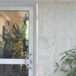 Ozdobny nadruk naklejony na drzwi w ogrodzie zimowym