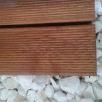 Deski z termojesionu otoczone białym grsyem